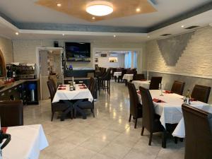 Ein Restaurant oder anderes Speiselokal in der Unterkunft Hotel Ristorante Sicilia