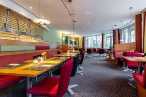 Ein Restaurant oder anderes Speiselokal in der Unterkunft Novotel Mainz