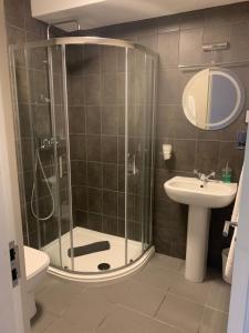 A bathroom at Grimscote Manor Hotel