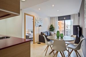 Una cocina o zona de cocina en SLEEP Fira by STAY