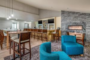 The lounge or bar area at Holiday Inn Cape Cod - Hyannis