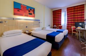 A bed or beds in a room at Holiday Inn Express Parma
