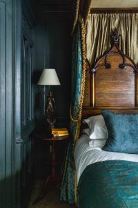 A bed or beds in a room at Hazlitt's