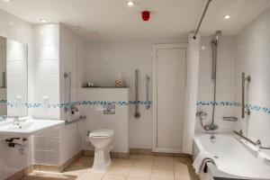 A bathroom at Holiday Inn Ipswich
