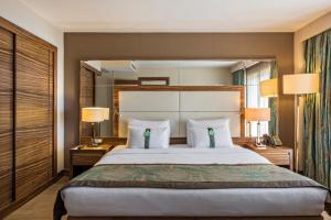 Ліжко або ліжка в номері Holiday Inn Sisli