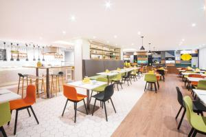 A restaurant or other place to eat at Holiday Inn London - Gatwick Airport