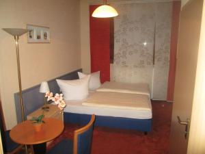 Ein Bett oder Betten in einem Zimmer der Unterkunft Grüner Baum Nürnberg Brunn