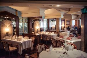 A restaurant or other place to eat at Hotel Bacchus