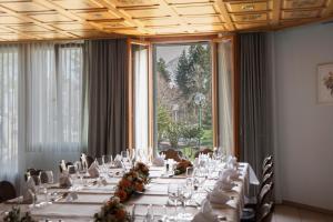 Ein Restaurant oder anderes Speiselokal in der Unterkunft Wolfensberg