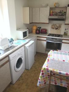 A kitchen or kitchenette at 3 Double Bedrooms near Westend and City Centre - book 3 rooms for the entire flat, if 1 or 2 rooms it might be flatshare