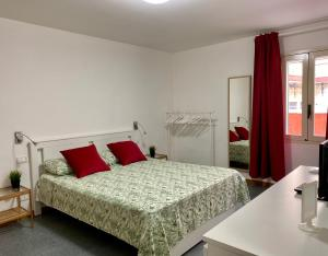 A bed or beds in a room at Pisani Apartment