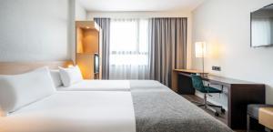 Кровать или кровати в номере Ilunion Valencia 4