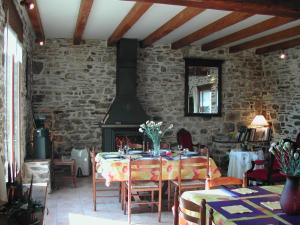 A restaurant or other place to eat at Le Domaine de Rugornou Vras