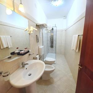 A bathroom at Hotel Centrale Spa & Relax