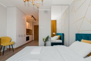 Postel nebo postele na pokoji v ubytování Warsaw To Be - Golden Apartment
