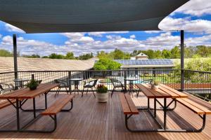 A balcony or terrace at Townhouse Motel Cowra