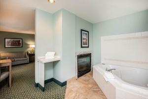 A bathroom at La Quinta by Wyndham Newport