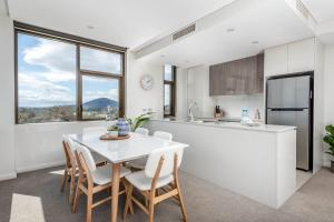 A kitchen or kitchenette at Oversized Luxe 1 Bedder - Amazing Barton - Gym