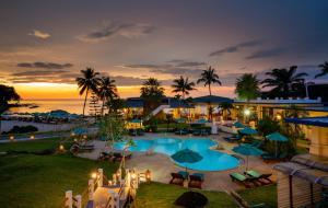 Ein Blick auf den Pool von der Unterkunft Khaolak Sunset Resort oder aus der Nähe