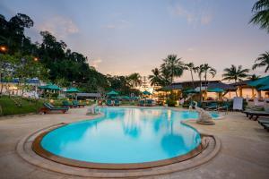 Der Swimmingpool an oder in der Nähe von Khaolak Sunset Resort