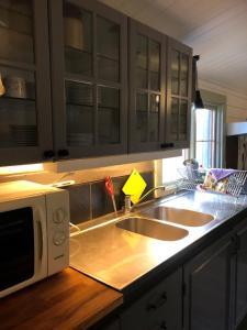 Ett kök eller pentry på Timjan Forest Resort