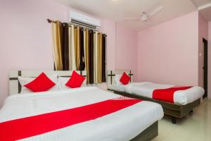 A bed or beds in a room at OYO 22918 Hotel Sadanand Mourya Lodging And Boarding