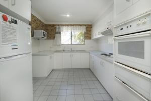 A kitchen or kitchenette at ACACIA - WEEKLY ONLY