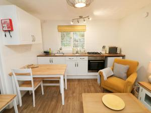 A kitchen or kitchenette at Swallow Cottage, Ilfracombe