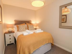 A bed or beds in a room at Swallow Cottage, Ilfracombe