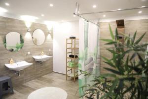 A bathroom at Landhaus Schlossberg