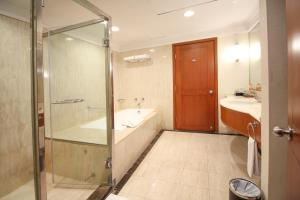 A bathroom at Redtop Hotel & Convention Center
