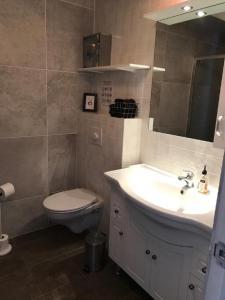 A bathroom at Guesthouse Hvítahúsid