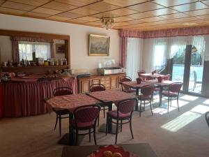 A restaurant or other place to eat at Pension Hofmann
