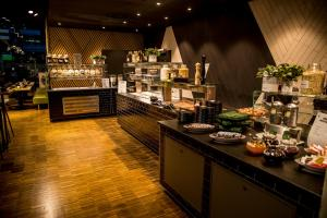A restaurant or other place to eat at H4 Hotel Mönchengladbach im BORUSSIA-PARK