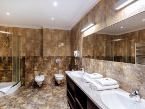 A bathroom at Hotel Woiński Spa