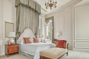 A bed or beds in a room at Four Seasons Hotel Lion Palace St. Petersburg