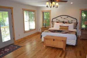 Ein Bett oder Betten in einem Zimmer der Unterkunft The Esmeralda Inn and Restaurant