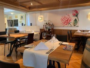 Ein Restaurant oder anderes Speiselokal in der Unterkunft Gasthof Kreuz Egerkingen