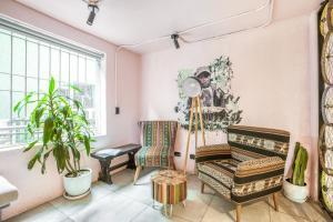A seating area at Selina Apartments Miraflores