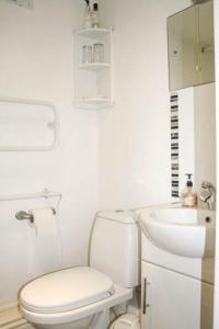 A bathroom at Atholl Lodge