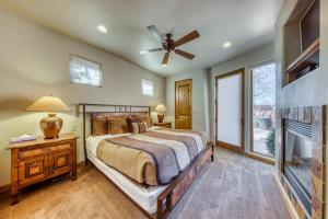 A bed or beds in a room at Entrada Retreat #4