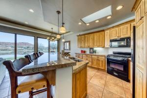 A kitchen or kitchenette at Entrada Retreat #4