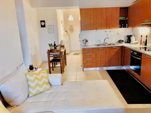 A kitchen or kitchenette at George Airport's Apartments