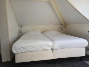 A bed or beds in a room at De Wentehoeve