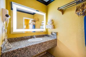 A bathroom at Rodeway Inn Capitol