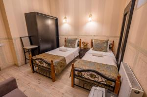 A bed or beds in a room at Botanical Garden Apartment