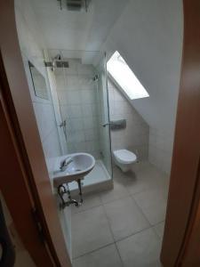 A bathroom at Biberach-Riss-Zimmer-frei, Monteurszimmer