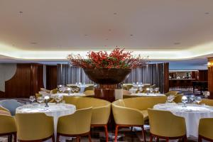 A restaurant or other place to eat at Queen Elizabeth 2 Hotel