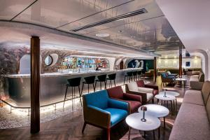 The lounge or bar area at Queen Elizabeth 2 Hotel