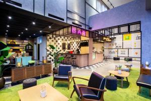 The lounge or bar area at ibis Styles Bekasi Jatibening